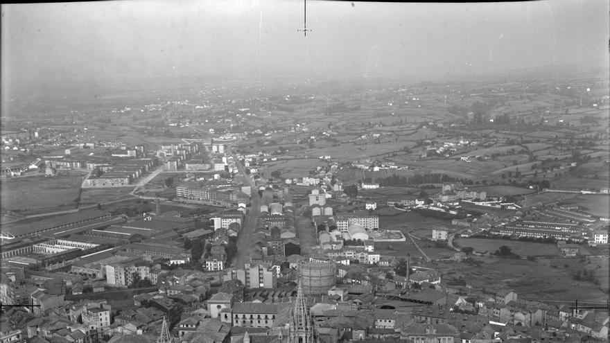 Un vuelo al pasado: así era Oviedo, desde el aire, en 1962