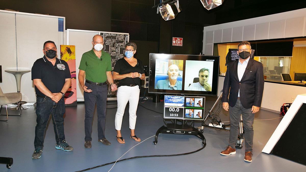 De izquierda a derecha: Vicente Carlos Baeza, Gabriel Soler, Marisa Navarro, Javier Ojeda (monitor), Tahiche Lacomba (monitor) y Toni Cabot, director del Club INFORMACIÓN. | RAFA ARJONES