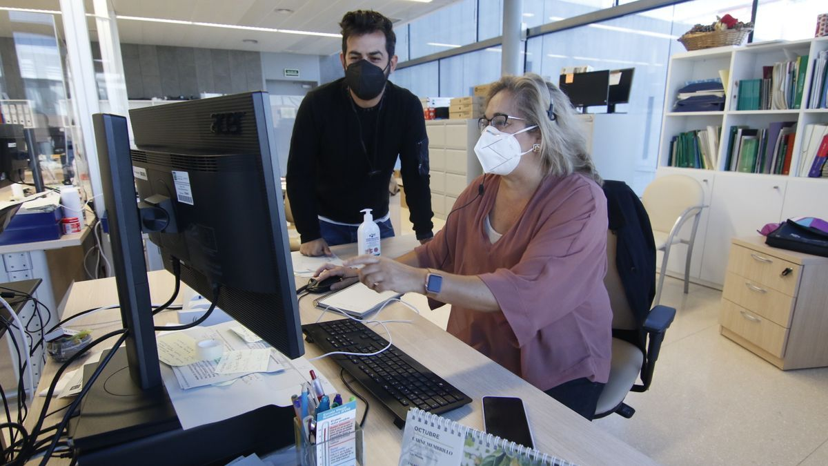 Rastreadores del distrito Córdoba-Guadalquivir, supervisando a personas contagiadas y contactos.