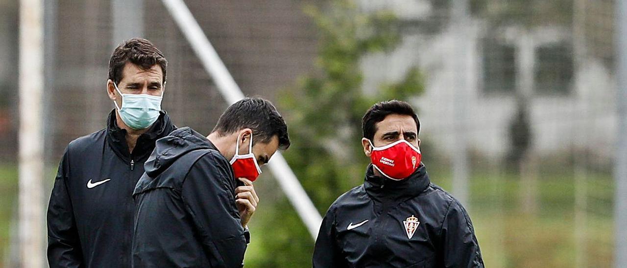 Gallego, a la derecha, con sus ayudantes José Antonio Gordillo y Toni Clavero, en un entrenamiento.   Juan Plaza