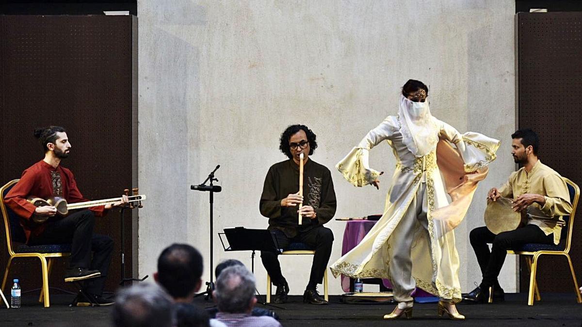 Concierto del Trío Yaran con la danza de Layali Alkasar.
