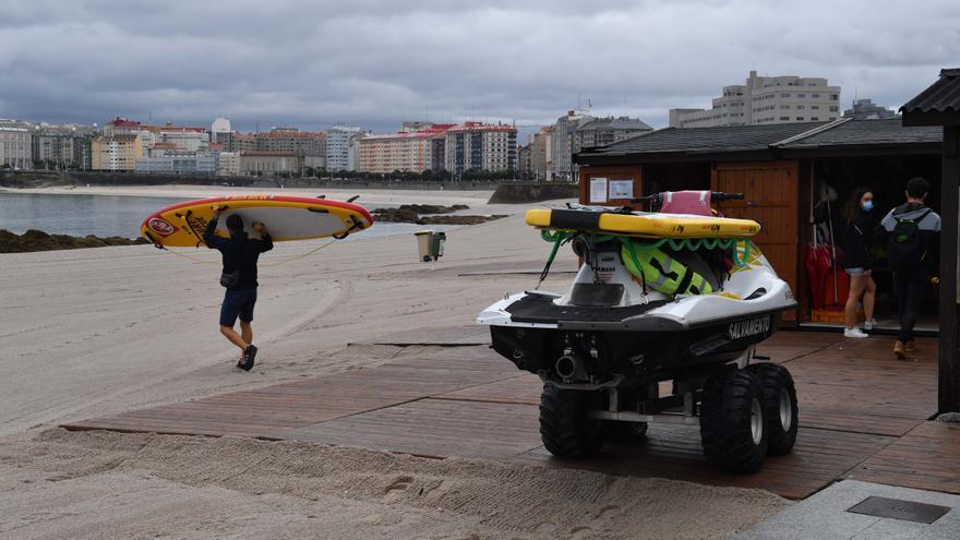 Socorristas de las playas de A Coruña denuncian el robo de material de su caseta