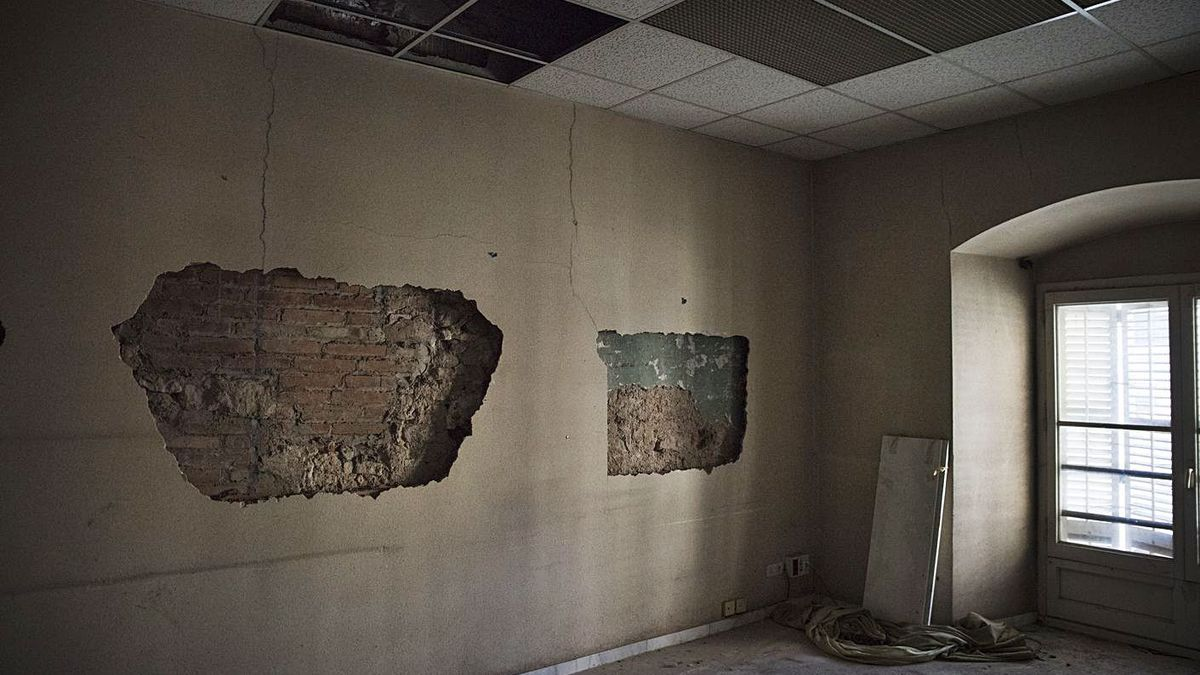 Forats en una paret de l'edifici, que està tancat i en desús des del 2009     OSCAR BAYONA
