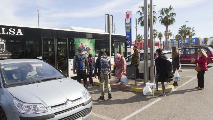 Piden mayor frecuencia de buses para subirse al transporte urbano de Cartagena