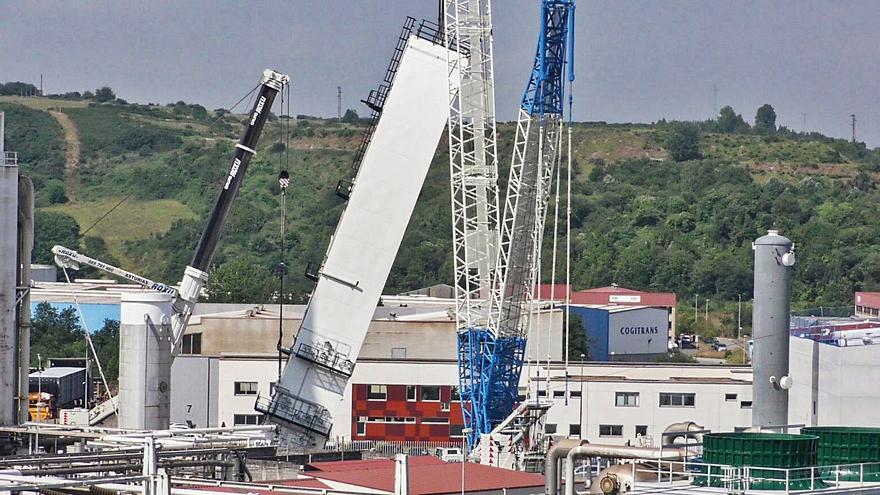 Instaladas en Somonte tres enormes columnas de destilación para Arcelor