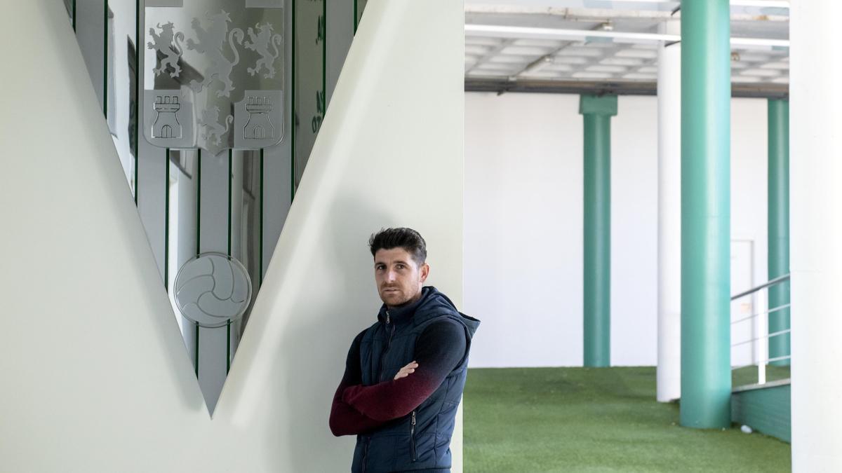 Javi Flores, junto al escudo del Córdoba CF, en El Arcángel.