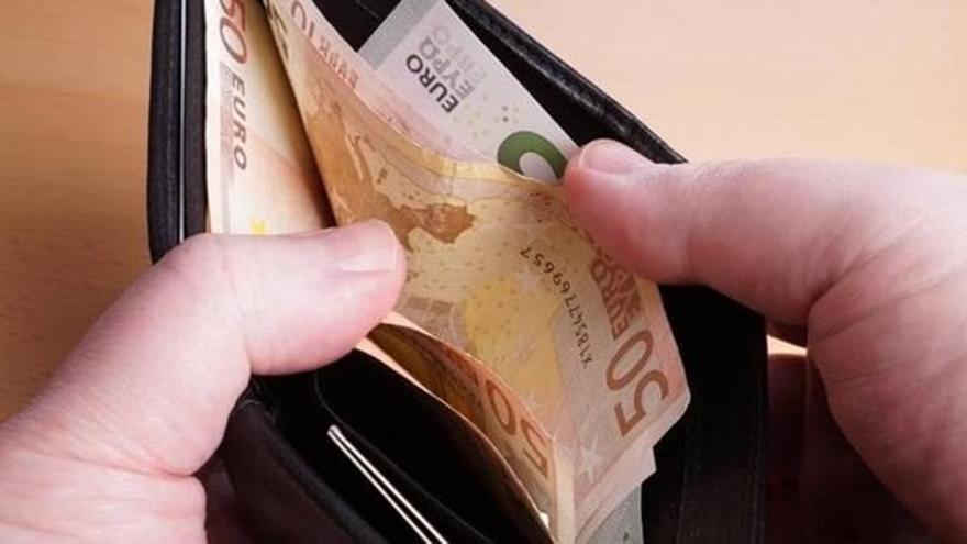 Encuentra una cartera con 450 euros en Alboraia y la entrega a la Policía