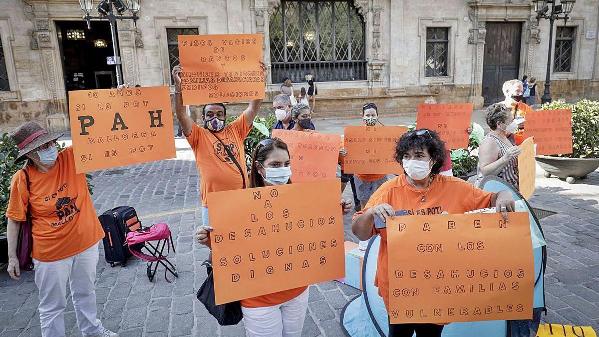 Concentración de la PAH en Cort para denunciar dos casos de desahucios en Palma.