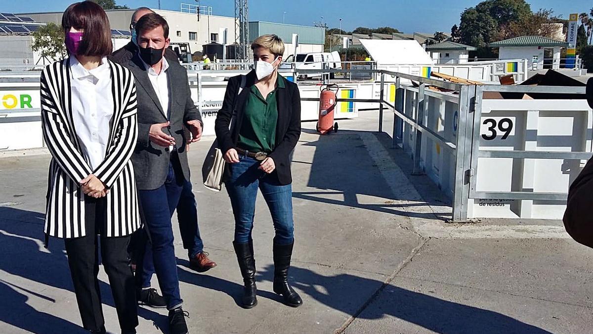 Diana Morant, Roger Cerdà y Elba Montes, ayer en el Ecoparque-Punt Net de Gandia. | LEVANTE-EMV