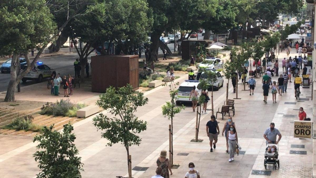 Varias patrullas de la Policía Local acudieron a la Alameda Principal.