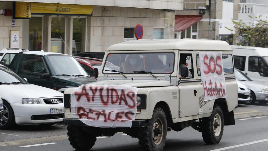 La caravana de hosteleros toma el Val Miñor para reclamar el rescate del sector