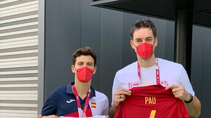¡Orgullo de España! Pau Torres y Pau Gasol se intercambian las camisetas en la villa olímpica