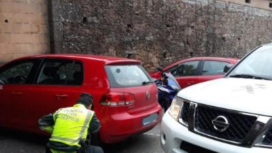 Una conductora arrastra 25 metros a un guardia civil que iba a multarla en Moraña