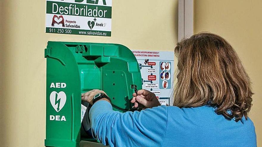 El desfibrilador instalado en el polideportivo de Sant Joan salva la vida a un atleta