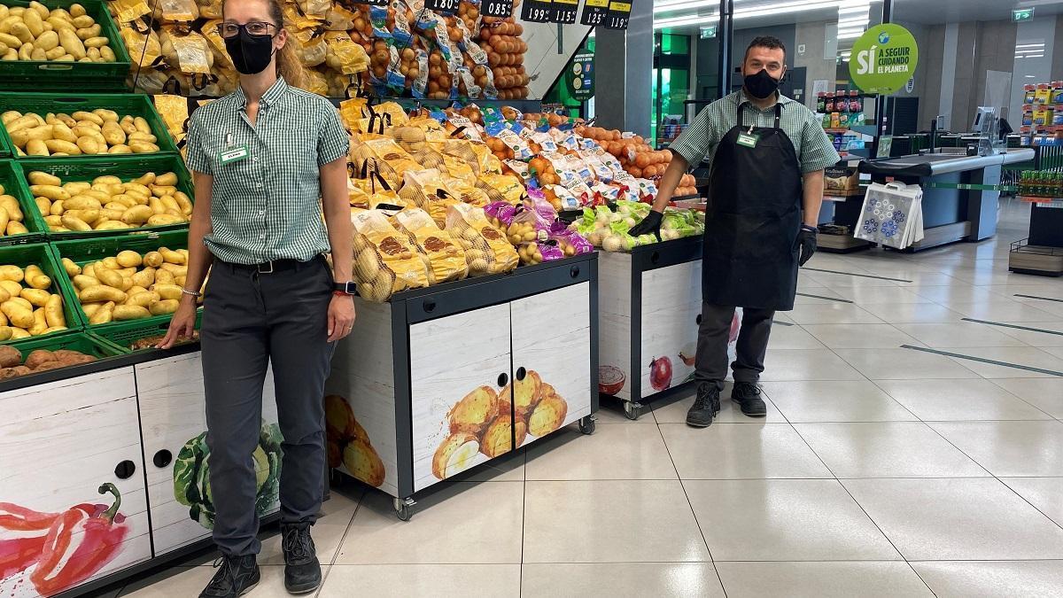 Empleados de Mercadona en un supermercado de Córdoba, en una imagen facilitada por la propia compañía.