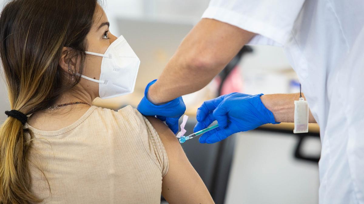 Una joven recibe una dosis de la vacuna contra la Covid en uno de los centros de vacunación en Tenerife.