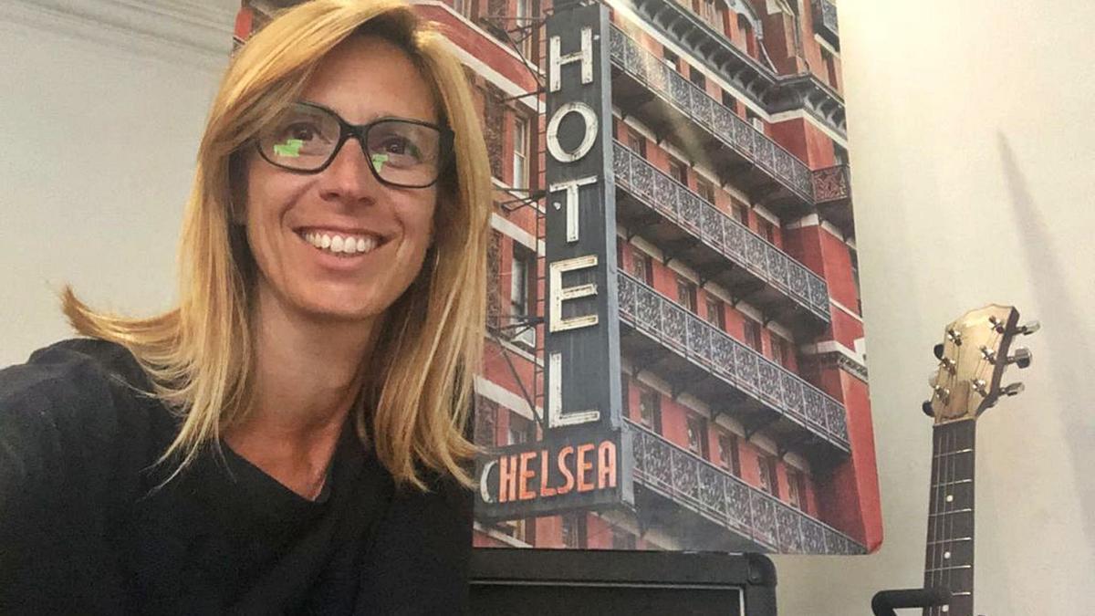 Olga Suanya, amb una fotografia de l'emblemàtic Chelsea Hotel de Nova York | ARXIU PARTICULAR