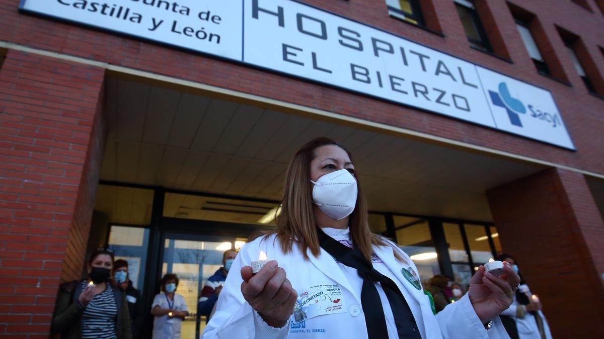 """Concentración de los trabajadores del hospital del Bierzo en diciembre contra el conocido como """"decretazo""""."""