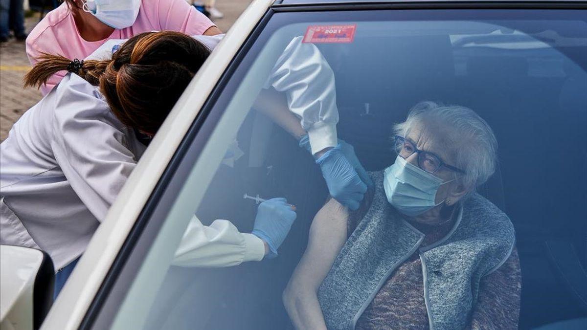 Euskadi comienza a vacunar a los centenarios en tres 'vacunautos'