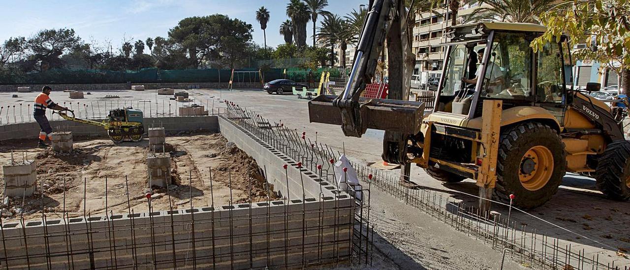Obras que se desarrollan en la plaza de la Concordia del paseo marítimo del Port, ayer.   DANIEL TORTAJADA