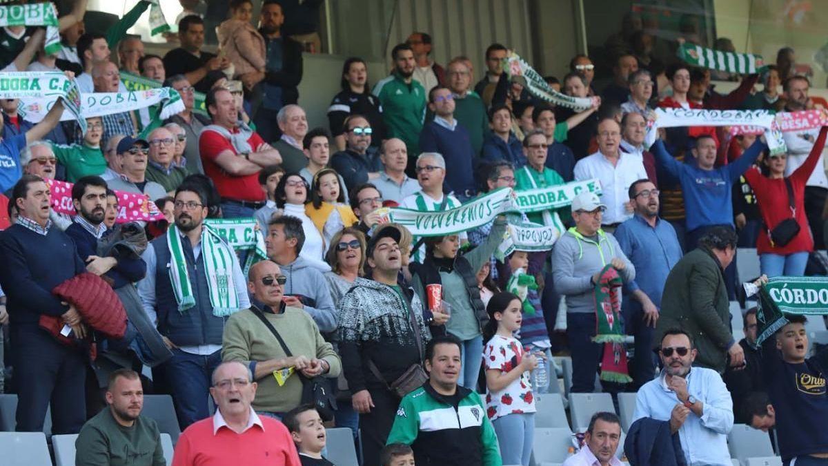 Aficionados en El Arcángel apoyando al Córdoba CF.