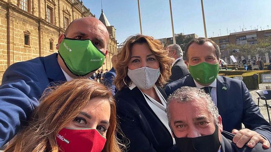 Foto de los parlamentarios malagueños con Susana Díaz compartida por Conejo en Twitter.   | L. O.