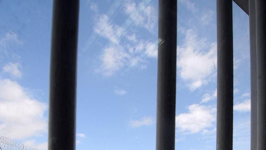 Vacunan en el HUCA a los funcionarios de prisiones menores de 55 años