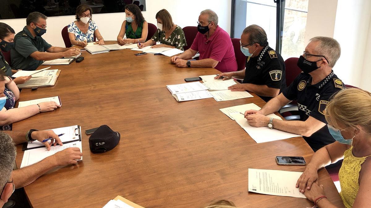 La Guardia Civil y Policía Local se han reunido hoy con el Ayuntamiento de Almassora en una junta de seguridad.