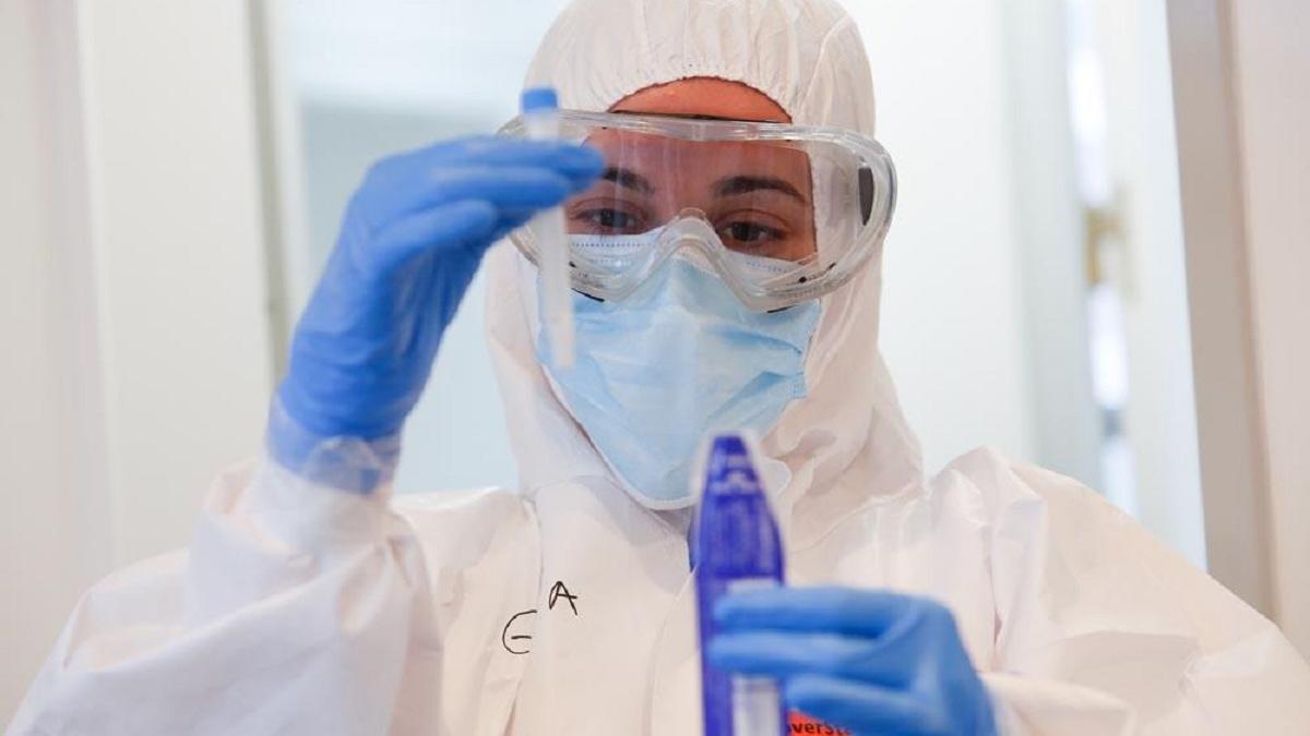Un profesional sanitario realiza un test de covid en uno de los cribados masivos que la Junta lleva a cabo en las localidades de Córdoba.