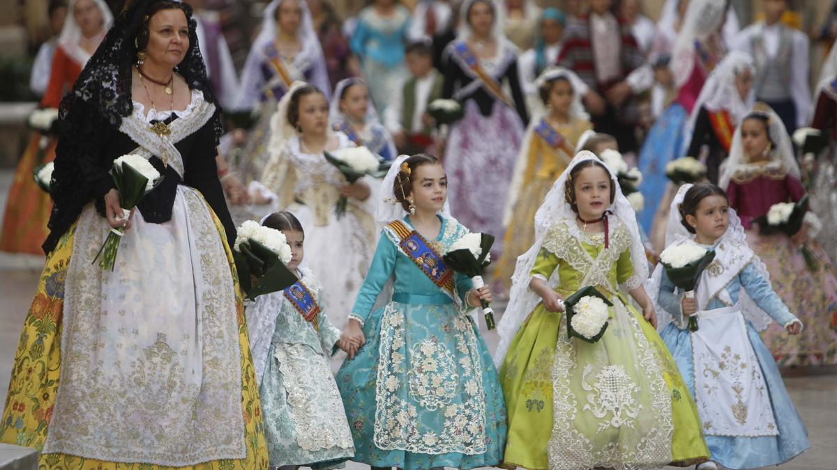 Las comisiones que participen en la Ofrenda deberán cumplir normas de desfile.
