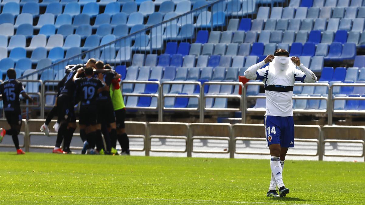 Toro Fernández se tapa la cara con la camiseta durante el partido ante el Almería.
