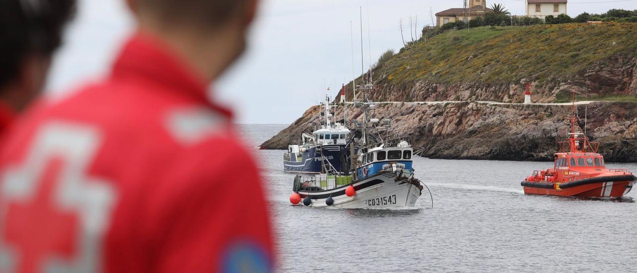 """El """"San Adrián do Mar"""", en el momento de entrar en la ría de Avilés escoltado por la """"Salvamar Rigel"""" y otro pesquero."""