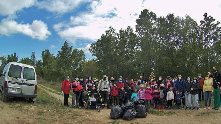 Más de 60 personas limpian de 'basuraleza' la ribera del Huerva