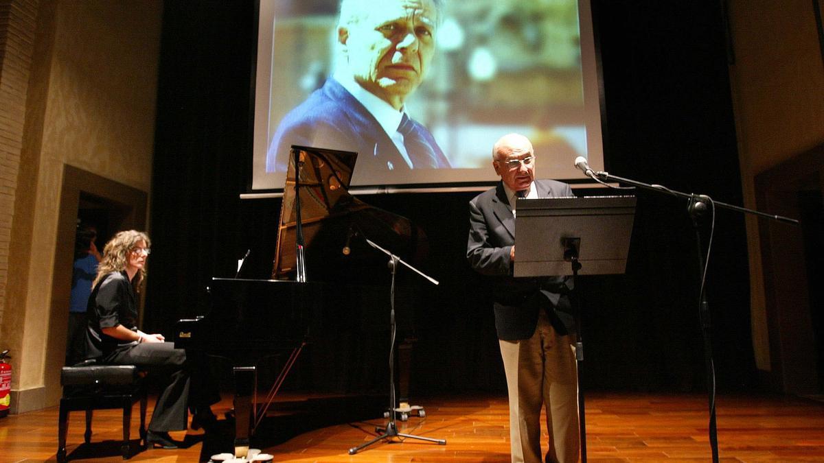 Brines en un homenaje a Guillermo Carnero