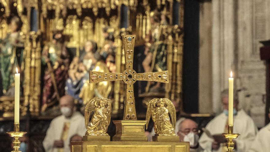 La Cruz de los Ángeles salió de la Cámara Santa siete años después