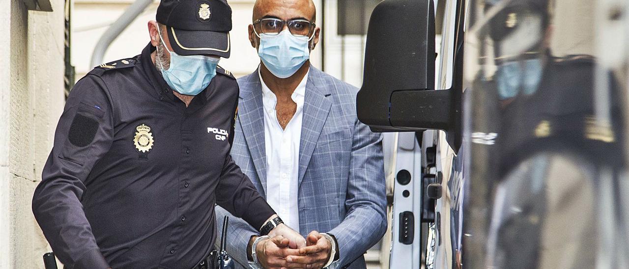 El empresario condenado por violar a la canguro de sus hijos, el día que fue juzgado en la Audiencia de Alicante.   ALEX DOMÍNGUEZ