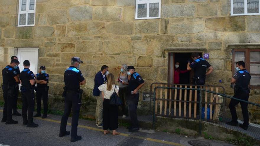 Los okupas desalojan la Casa dos Pobres con presencia judicial y sin resistirse a la Policía