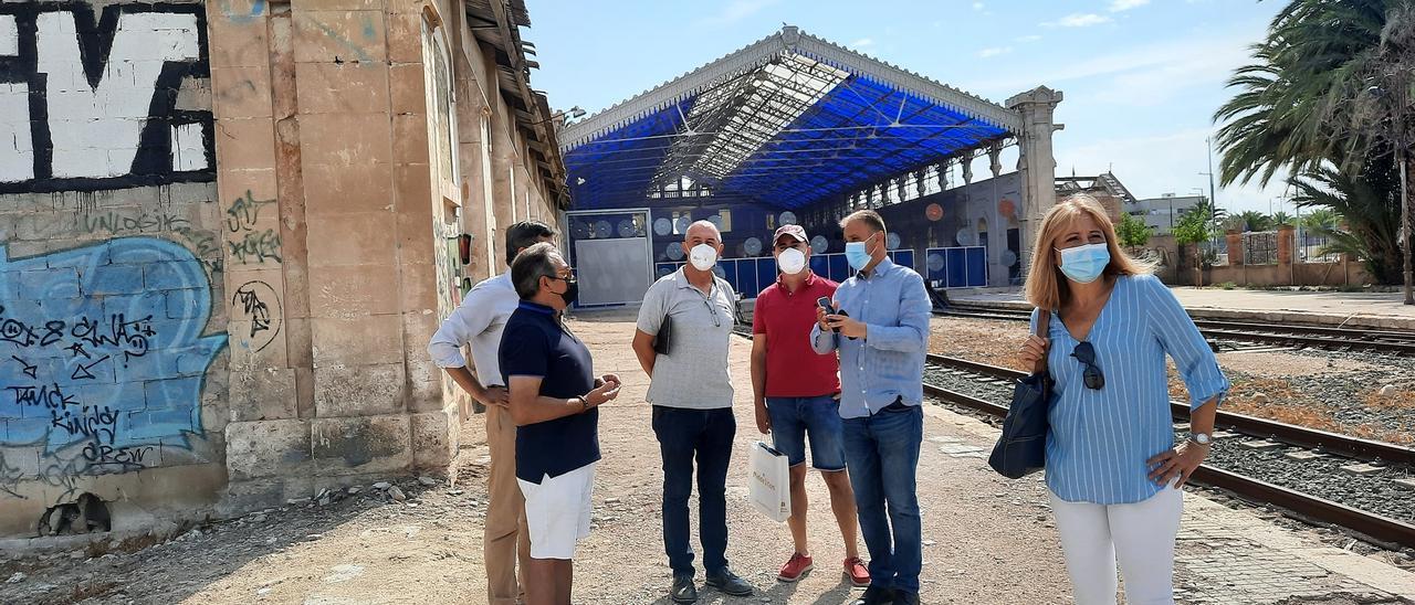 El edil Natxo Bellido explica a Baldoví y la delegación de Compromís la situación con las vías de la antigua estación de Murcia
