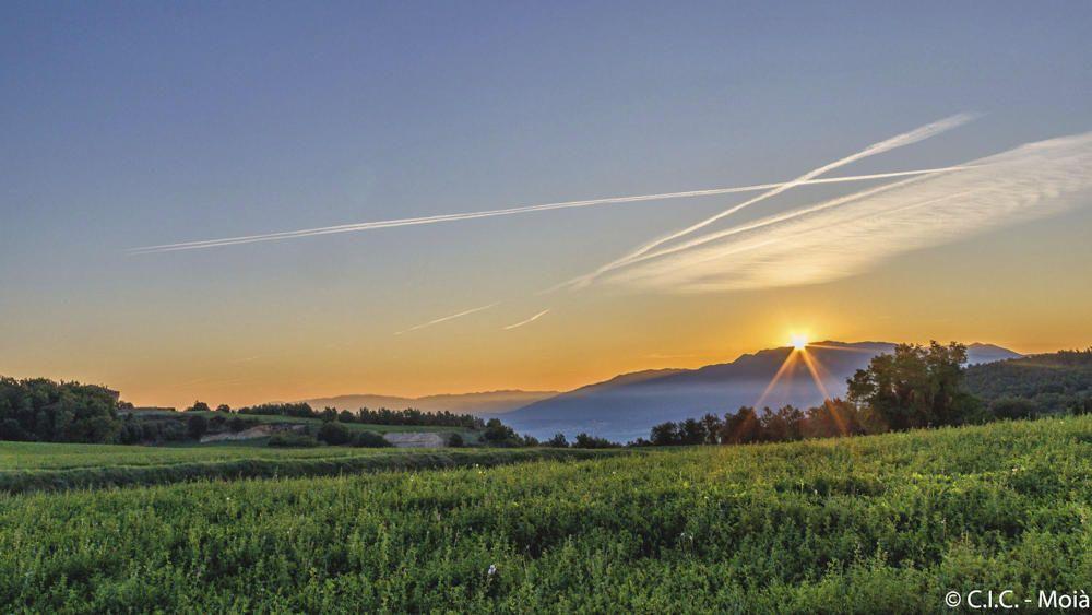 Bonica albada al Moianès, amb els rajos del sol sortint amb força per darrere la muntanya