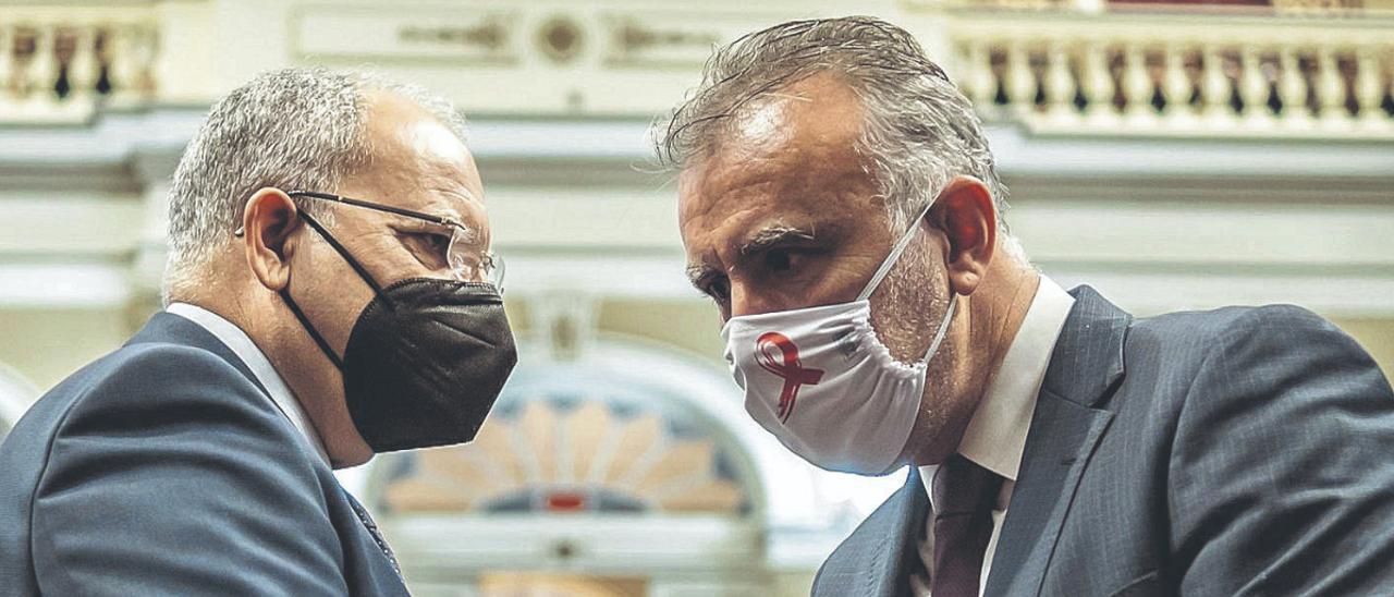 Casimiro Curbelo y Ángel Víctor Torres, en el Parlamento