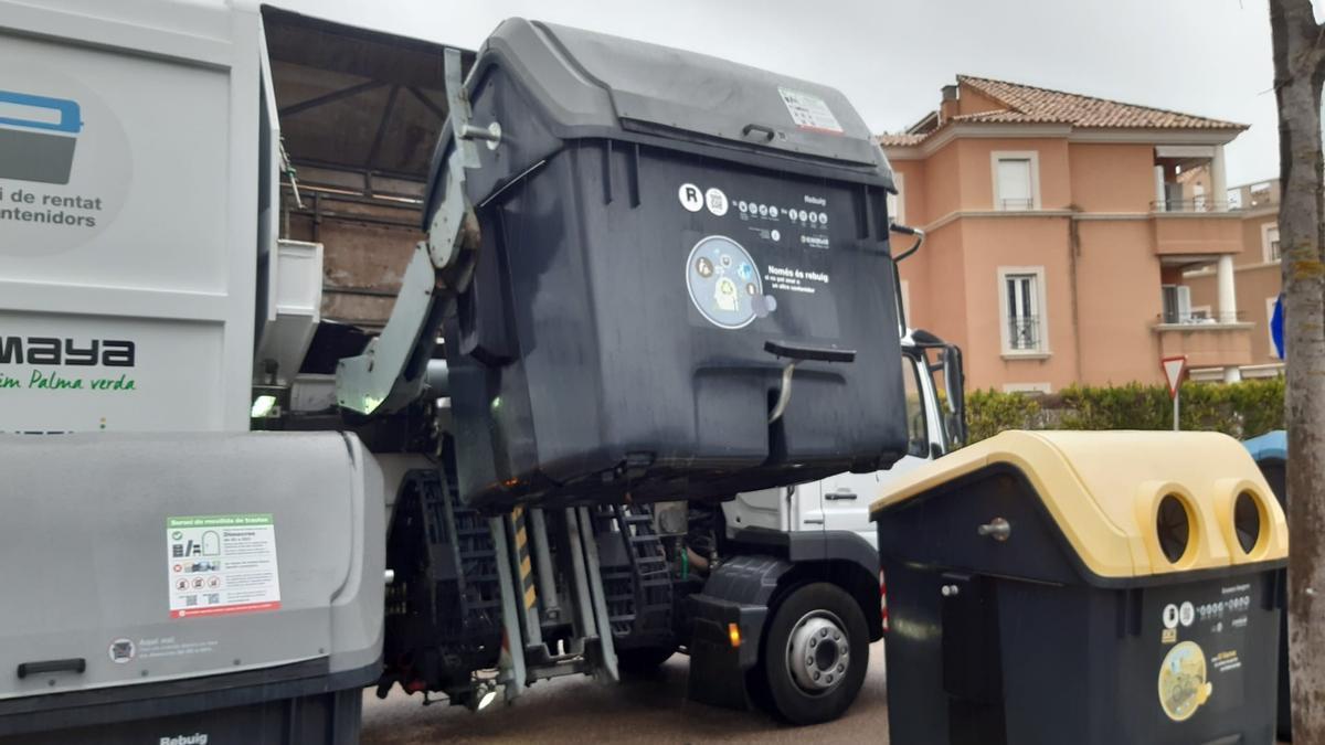 El camión realiza una limpieza del contenedor.