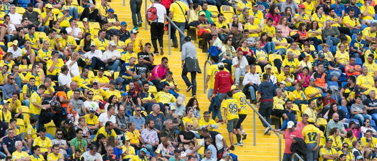 Imagen de la estampida de los aficionados de la grada Sur, ayer, tras el tanto de Thomas para el Atlético de Madrid, en el 0-4, abandonan su butaca.