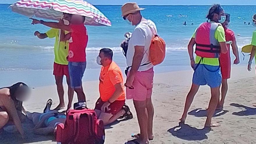 Evacuan en Calp a cinco tripulantes de un catamarán, dos de ellos menores