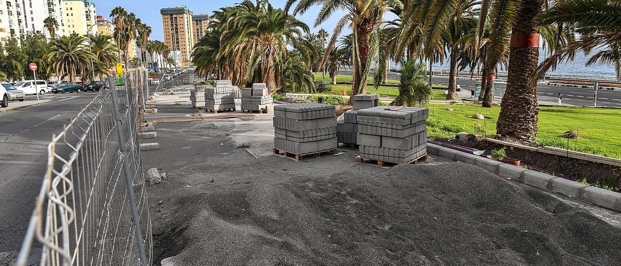 Vista de la calle Alicante, con las aceras a medias y el material de construcción abandonado. | | JUAN CASTRO