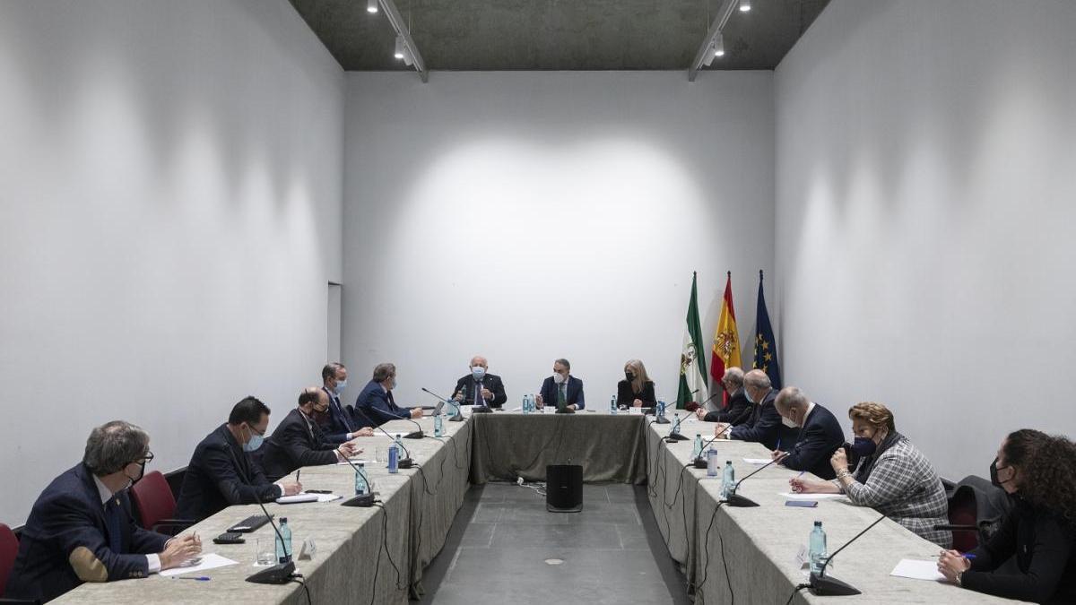 Elías Bendodo y Jesús Aguirre se reunen con los presidentes de las agrupaciones de cofradías andaluzas.