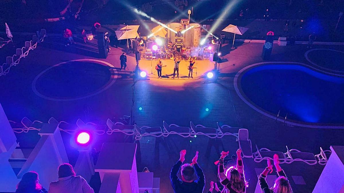 Actuación de 'Baila en tu balcón', con los espectadores en sus habitaciones. | | LP/DLP