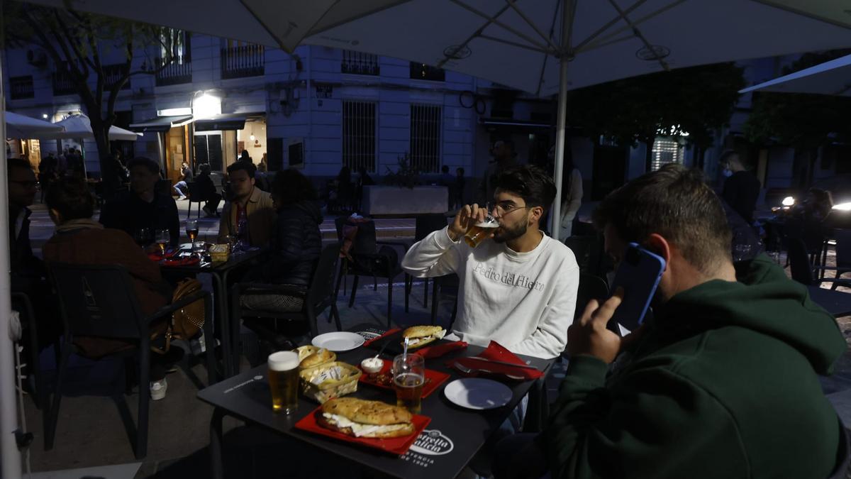 Las cenas vuelven a los bares con las nuevas restricciones