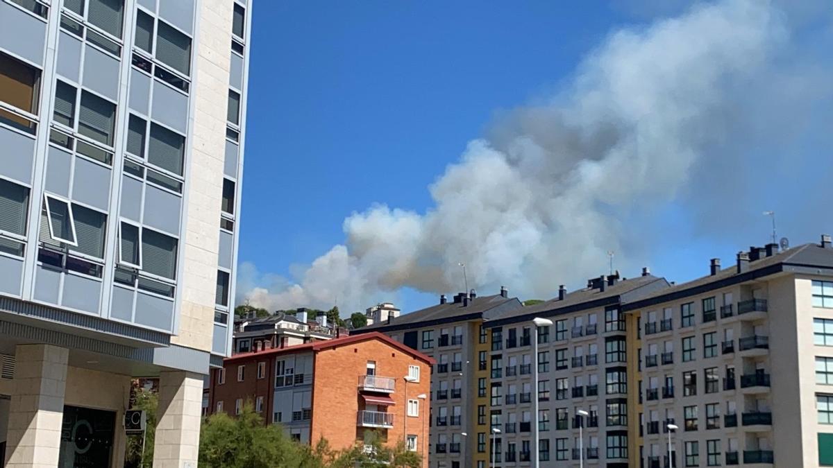 Columna de humo visible desde el casco urbano de Ourense.