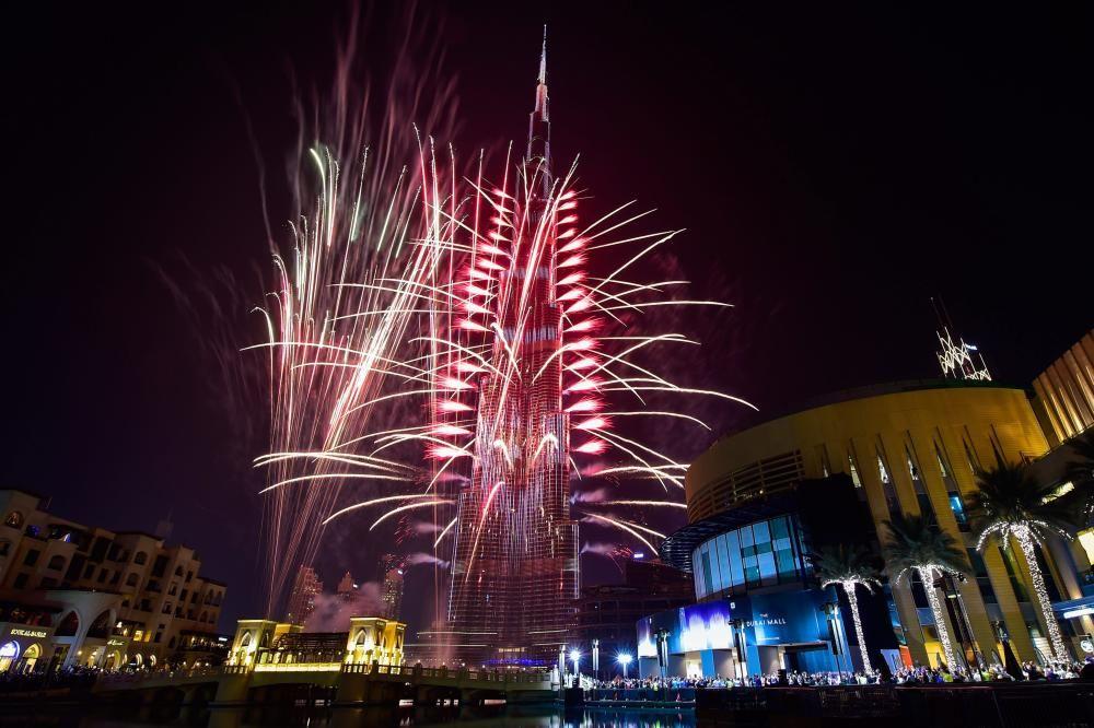 El Burj Khalifa de Dubai se ilumina por el Año Nuevo.