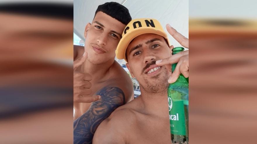 """Los protagonistas del vídeo viral en Las Canteras: """"Somos personas, todos iguales, lo veo algo natural"""""""